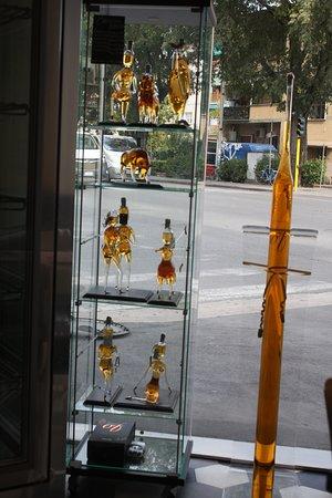 Provincia de Florencia, Italia: Some of the lovely glass bottles.