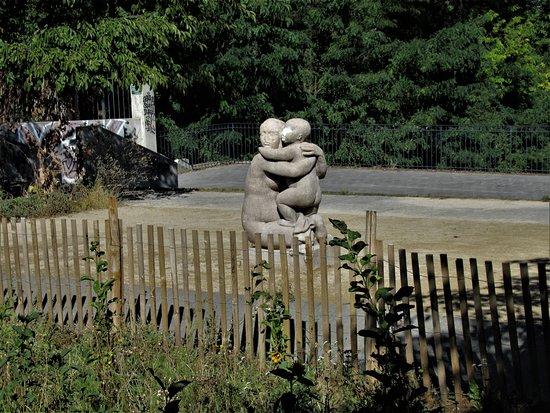 Statue representant une mere et son enfant