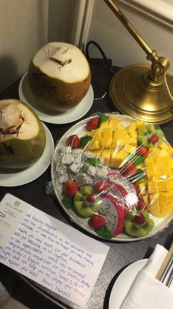 Hotel des Arts Saigon Mgallery: Apology tray from the assistant food and beverage manager following the hair in the Nutella.