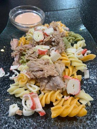 Ensalada de pasta con atún, cangrejo y salsa rosa