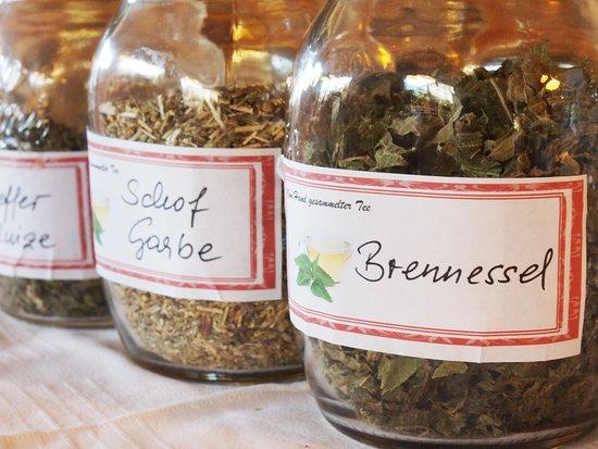 Goldegg, Austria: Tees beim Buffet-Frühstück