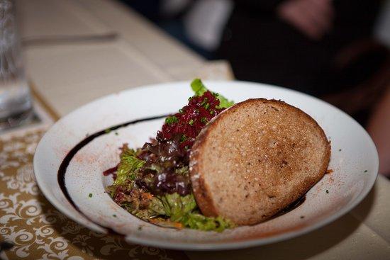 Aldersbach, Nemecko: Großer Salatteller mit Toast (lt. Speisekarte) Satt wird man davon nicht, aber man kann ihn essen. :-)