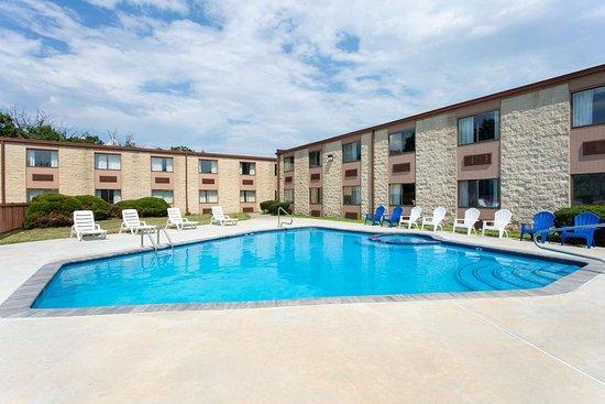 Days Inn by Wyndham Hillsborough: Pool