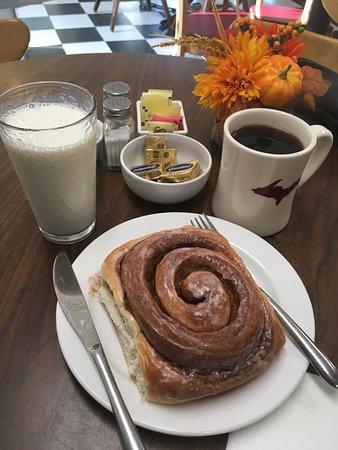 Trenary, Мичиган: the large cinnamon role & coffee & milk