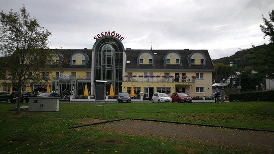 Voorkant van het hotel, vanaf de waterkant