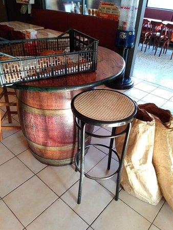 Marseillette, Franciaország: Boulangerie: les baguettes sont dans les sacs et le reste dans le panier! :)