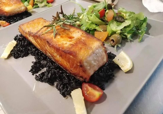 Knjazevac, Σερβία: Fenomenalno spremljen i serviran losos sa crnim rižotom
