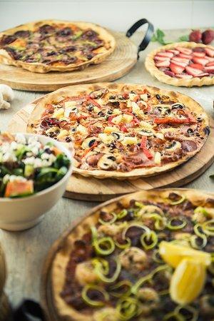 Bilgola, Australia: A tasty range of regular and family sized pizzas, salads and desserts