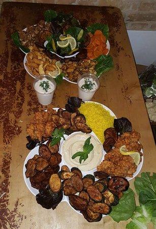 Vegetarische Platten für 10 Personen ! Falafel,Gemüseomlette, verschiedene gebratene Gemüsesorten und Halloumi ! Zu bestellen unter 0163 1249128 !!