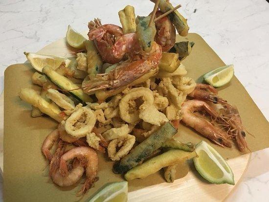 Mandatoriccio, Italië: Mega frittura di calamari e gamberi servita con verdura pastellata! 🍤🦐🦑🥂