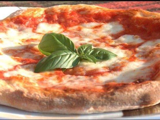 Mandatoriccio, Italië: La pizza Margherita! #fornoalegna #regina #margherita #matuvulivapizza? 🍕🤩🤪