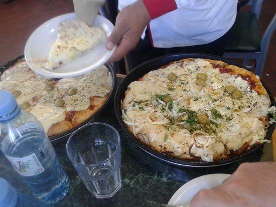 El Imperio de la Pizza: Pizza grande de muzzarella y otra grande mitad fugazzeta y mitad roquefort- Barrio Chacarita, Bs.As. 2019.