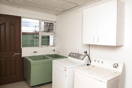 Sabanilla, קוסטה ריקה: Otra de las áreas comunes en la LAVANDERIA, provista de una lavadora y secadora automáticas.  Además se cuenta con un patio para tender la ropa si no se desea usar la secadora.