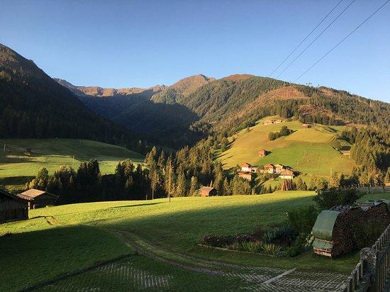 Maria Luggau, Austria: Sehr schöne Pension und Ferienwohnungen.Waren dort einige Tage zum entspannen.Ein super Blick in die Bergwelt. Sehr saubere Zimmer und freundliche Gastgeber.Hier kann man sich verwöhnen lassen.