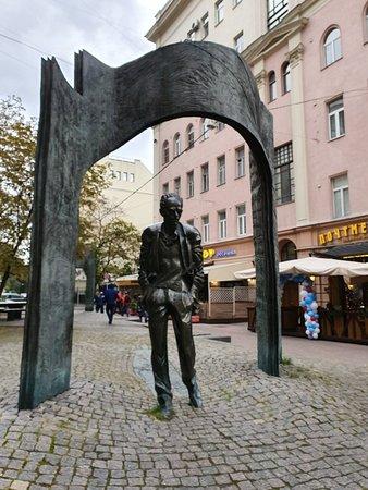 Monument to Bulat Okudzhava صورة