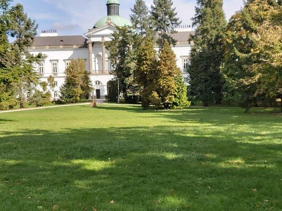 Topoľčianky, Slovensko: V historickom zámockom parku sa nachádzajú vzácne dreviny.