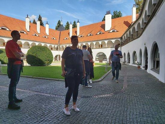 Topoľčianky, Slovensko: Nádvorie kaštieľa - za klenbami na poschodí sú vstupy do izieb hotela.