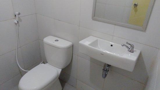 Tumpang, Indonesia: Kamar mandi dalam di triple room