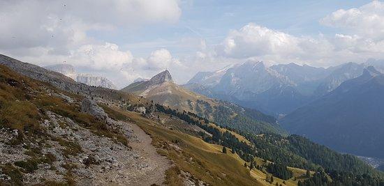 Selva di Val Gardena, Italia: Dall'Alta via Friedrich August.  Veduta verso il Col Rodella, a destra una timida Marmolada. A sinistra il gruppo Sella.