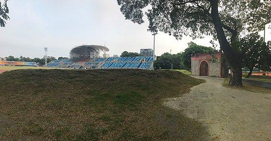 運動公園の陸上フィールドの脇にある城門