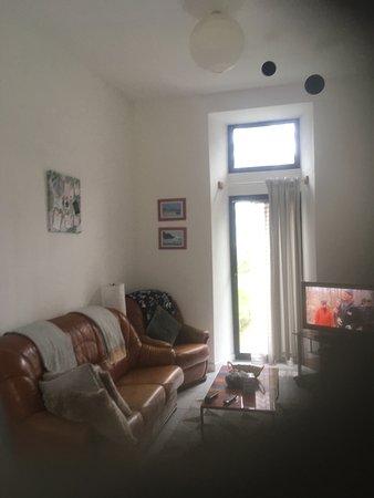 La Roche Derrien, Frankrijk: Living room with view of grounds.