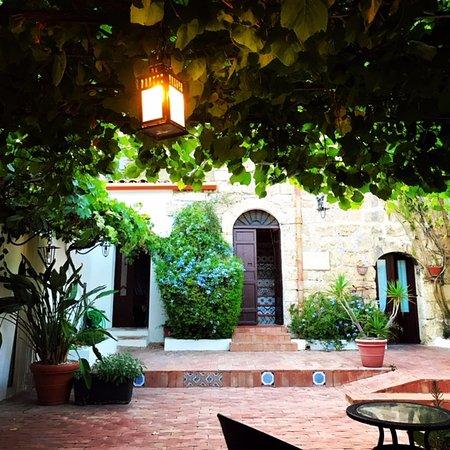 Campobello di Licata, Taliansko: The seating area outside the restaurant, where we sipped wine before dinner!