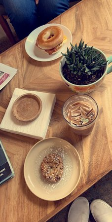 Hogansville, GA: This is such a cozy super cute modern coffee shop.  They serve several different delicious coffee beverages, smoothies, breakfast, lunch and dessert items.  Rich in flavor, ambience and service!