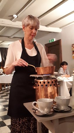Vencimont, België: Préparation par la patronne du sabayon à l'eau de vie …. Tout un spectacle !!!