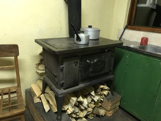 Nyika National Park, มาลาวี: Cast iron stove (Dominic made sure it was always ready for use, it is great for cooking and even has an oven).