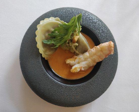 Hastière, Belgia: Langoustine ; Artichaut, raviole de champignons de Paris, choux chinois, bisque.