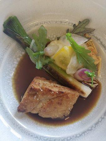 Hastière, Belgia: Cœur de ris de veau ; Pâtisson, radis, poireau grillé, jus corsé d'oignon.