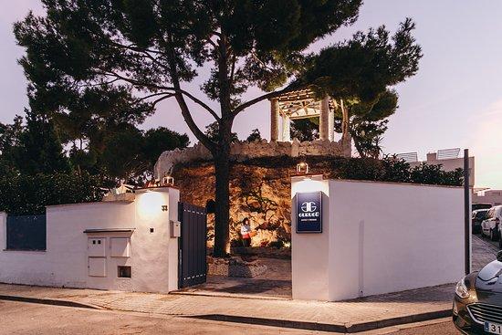 Godella, España: La entrada principal del restaurante nos invita a observar en lo alto de la montaña un monumento conservado a lo largo de los años.