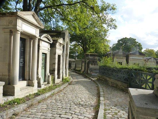 une allée du cimetière