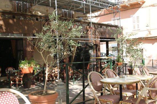 Le Cafe Des Intimes: La façade de l'immeuble est en rénovation