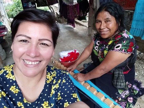 Santa Lucia del Camino Municipality, Mexico: Ella es Lucia, artesana de Zinancatan, que en su casa muestra a los visitantes como usa su telar para sus creaciones, que tiene a la venta en diferentes textiles que con gusto muestra.