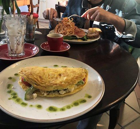omelet met avocado, feta en tomaten