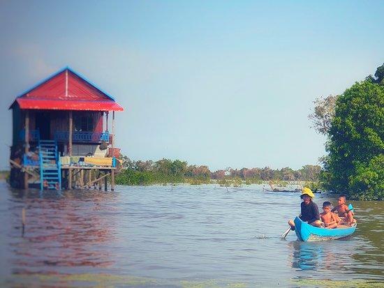 Kampong Phluk កំពុងភ្លុក ( in early of 2019 ) មាន ៩១១គ្រួសារ (911 families) ប្រជាជនសរុប ៣៧០៧នាក់ (population 3707) មាន៣ភូមិគឺ៖ There are 3 villages: ត្នោតកំបុត(ដើមភូមិខាងជេីងបង្អស់នៃវត្ត) Thnot kambot village ( the first village from the north of the pagoda ). ដីក្រហម (ខាងជេីងជាប់នឹងវត្ត) Dhei Krahom village ( the second village from the north of the pagoda ). គោគក្ដុល (ខាងត្បូងវត្ត) Kok kdol village ( The third village on the south of pagoda ).