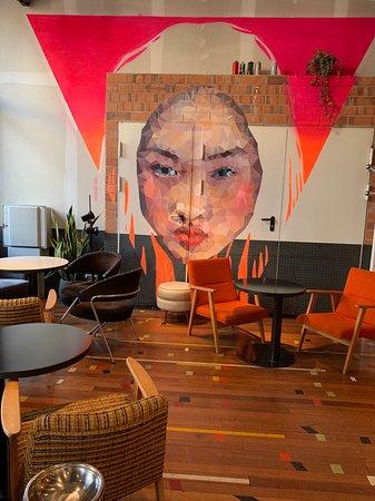 Aquí se pueden tomar unos tragos o comer sabroso y hacen live painting con artistas !