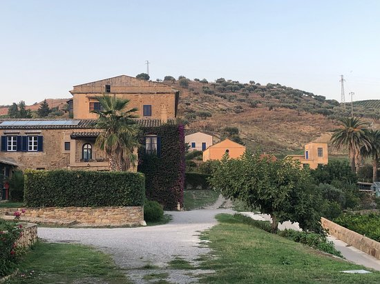 Vallelunga Pratameno, Italie : Das Hauptgebäude des Weingute von Rosemaries Cottage aus gesehen.