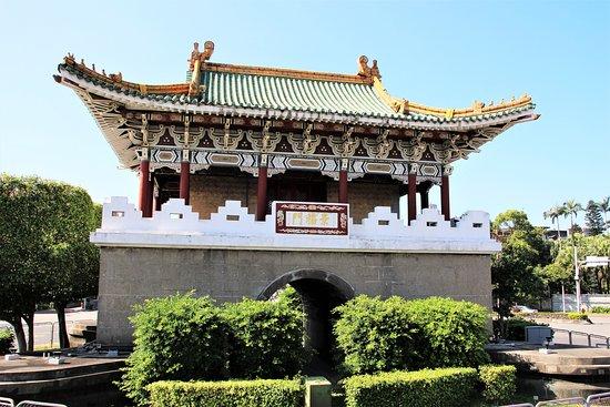 Imposantes Tor mit vielen schönen Schnitzereien - vor allem am Dach