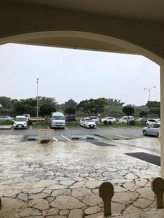 1階から嘉手納基地の方を見ても全く中が見られません。 あいにくの雨で4階の展望台からは見られるのですが、綺麗に撮影できませんでした。