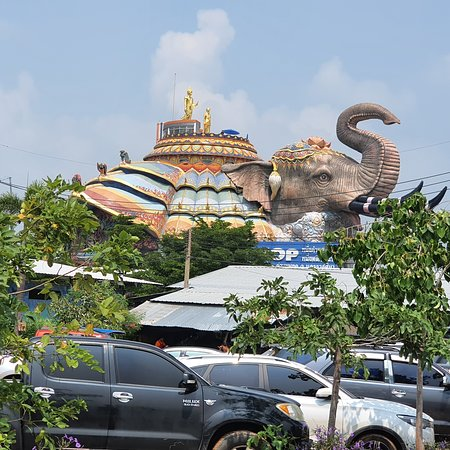 Dan Khun Thot, Thailand: Huge Buddhist temple,nice and awesome scenery,one hour drive from fortune Rajpruek hotel and nearby a museum , bring along water for consumption as weather is hot and dry