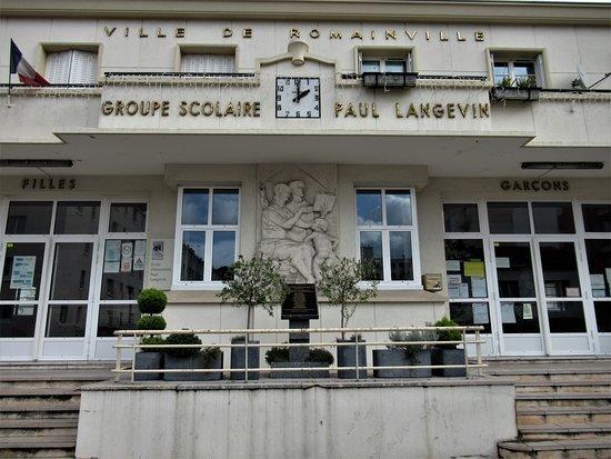 Haut-relief décorant l'entrée du groupe scolaire Paul Langevin