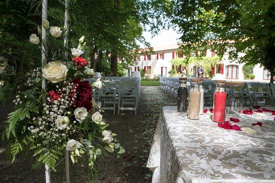 Colfrancui, Italië: Il tuo rito civile all'aperto. In caso di pioggia disponiamo di una soluzione altrettanto suggestiva nel salone della villa antica.