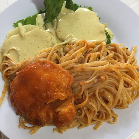 El Carmen, Peru: Tallarines rojos ! Spaghetti with chicken and tomato sauce.