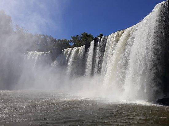 Estreito, MA: Vista lateral da cachoeira, antes de chegar na prainha, por onde tem acesso a parte de trás da queda.