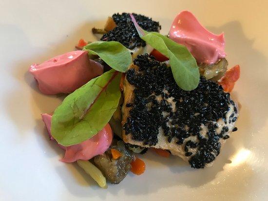 Ponteranica, Italia: Spada in crosta di sesamo nero, verdurine e maionese alla barbabietola. A pranzo, 03-10-2019