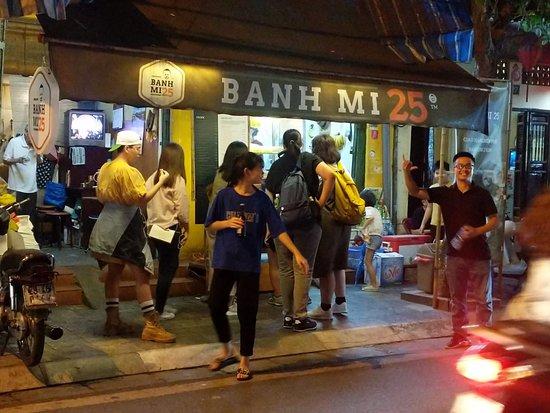Privater Abendspaziergang - Cyclo & Water Puppet Show in der Altstadt von Hanoi: Banh Mi