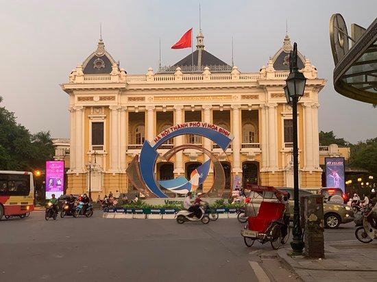 Privater Abendspaziergang - Cyclo & Water Puppet Show in der Altstadt von Hanoi: The Hanoi Opera House