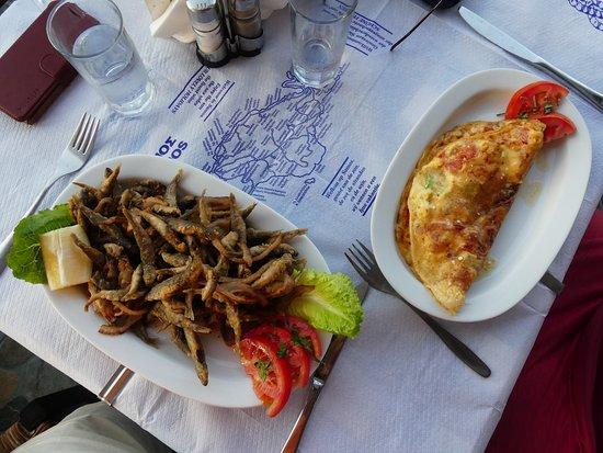 Agia Paraskevi, Yunanistan: griechisches Omelette und gebackene Fischchen